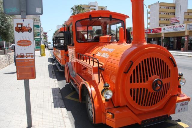 El mini tren turístico cubre la ruta Cala Millor-Cala Bona-Costa dels pins (Foto: visitcalamillor)