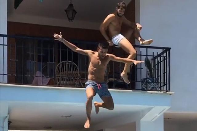 Dos jóvenes han colgado en Instagram cómo hacen balconing