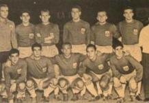 El argentino, el tercero agachado, formando antes del pitido inicial