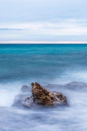 En este caso la espuma del agua chocando contra las rocas no aparece como una mancha blanca sin detalle.