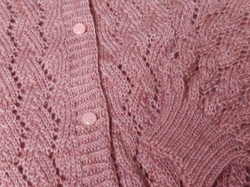 Alibiza - Gilet en dentelle au tricot - Zoom sur les boutons de bottines de Lise Tailor