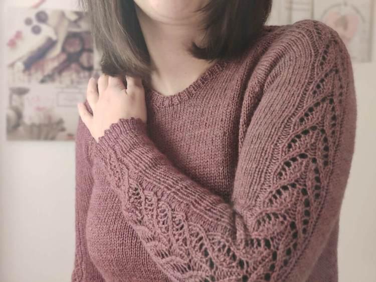 Maloraé Designs - Watsonia - zoom sur la dentelle des manches de ce pull raglan au tricot pour femme