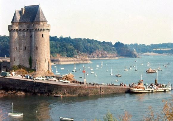 L'embarcation des voitures pour Dinard en 1964, sur le bac. Archives municipales de Saint-Malo