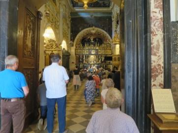 ヤスナ・グラ修道院-祈りをささげる人々