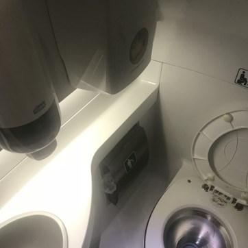 LUX Expressのトイレ内観