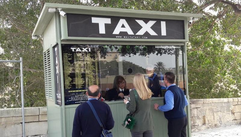 街中のタクシー手配所