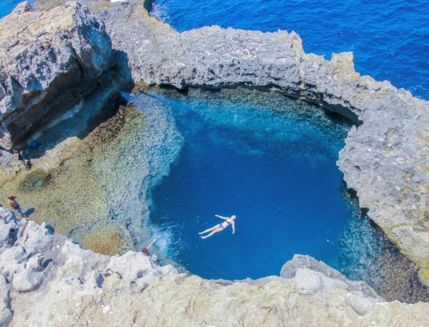 """Här står jag intill den kollapsade """"Azure Window"""" i Dverja och blickar ner över den så populära dykplatsen """"Blå hålet"""" där vattnet är kristallklart och där många även väljer att bada."""