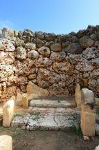 Ġgantija déli templom: az első terem jobb oldala, a lépcső tetején egy szobor állhatott