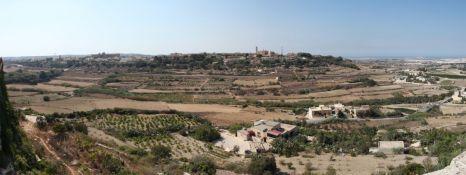 Kilátás Mdina faláról. A jobb fent látható Salinától elnyúló vidék volt a legtermékenyebb a római időszakban