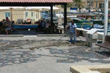 Halász gondozza a hálóját Marsaxlokkban