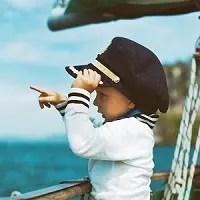 子供をヨットに乗船させる