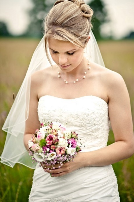 Brautfrisur mittellang mit schleier