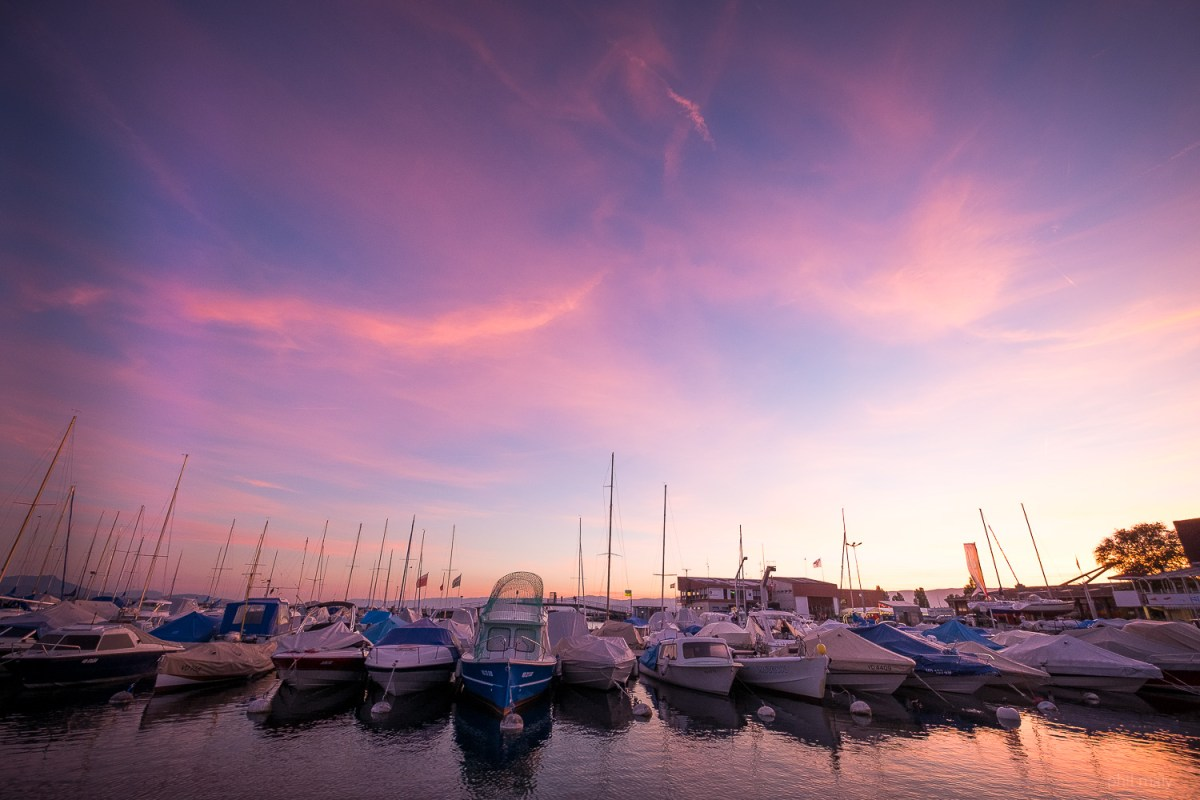 The harbour of Ouchy in Lausanne during the blue hour with a pink sky