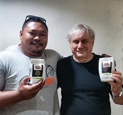 Links der stärkste Mann der Philippinen der unsere Nibs als Powerfood einsetzt.