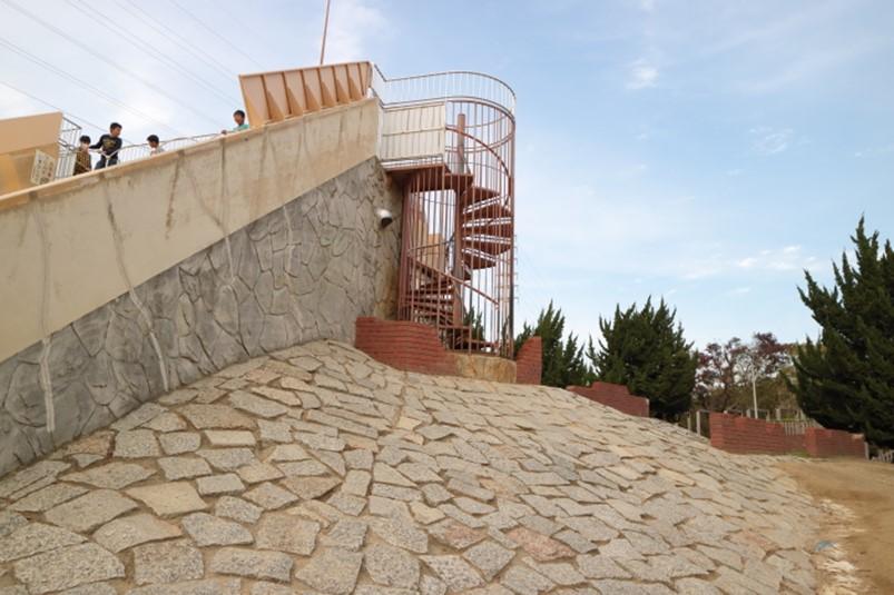 大泉緑地の滑り台の傾斜