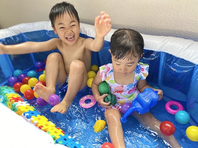 ワンオペ4歳2歳の二人育児中の私が思う2歳差育児のメリットや良かった点。 3歳1歳 兄妹 おうちプールで遊んでいるところ
