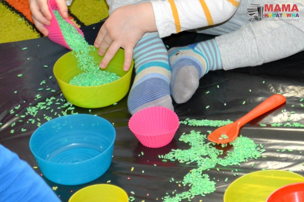 sensoryka zabawa z ryżem