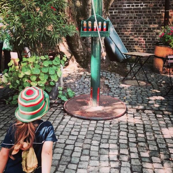 Altes Kinderspiel auf dem Kinderbauernhof