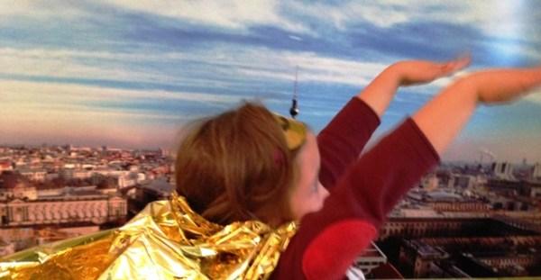 Superkind fliegt über Berlin
