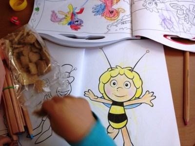 Biene Maja Ausmalbild und Kekse essen