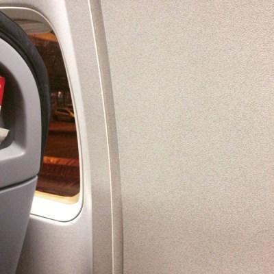 Dann Rückflug nach Düsseldorf. Hier im Bild: Mein Fensterplatz! Leider mußten wir im Flugzeug eine Stunde auf den Abflug warten. Der Techniker war informiert...
