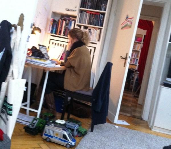 Lisa Harmann am Schreibtisch