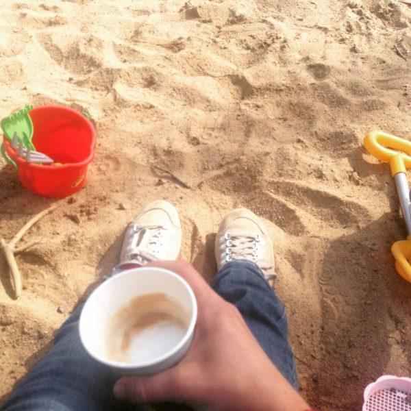 Spielplatzansicht mit Kaffee