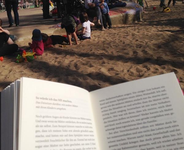 Buch lesen auf dem Spielplatz