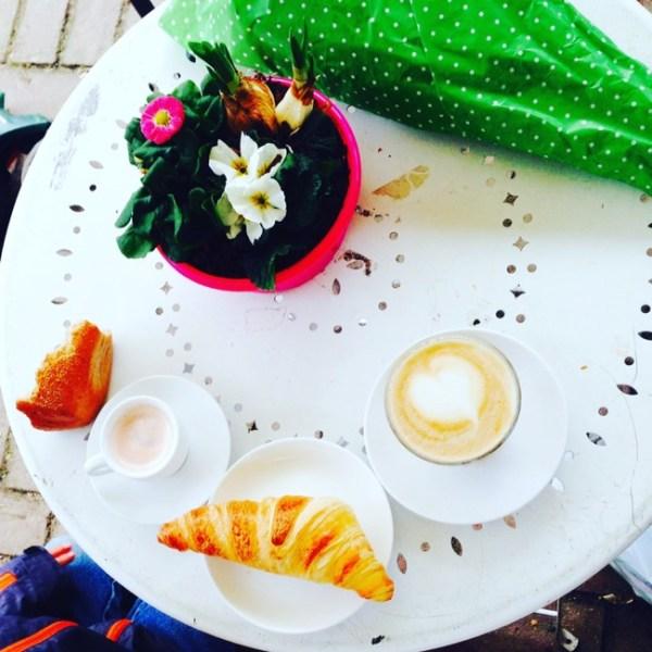 Samstagmorgen auf dem Markt Kaffee trinken