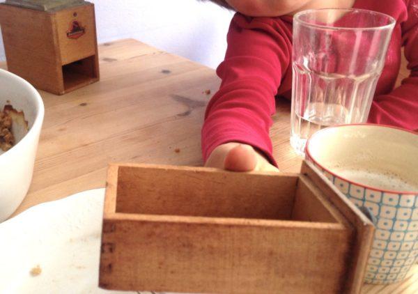 Kind erkundet Kaffeemühle