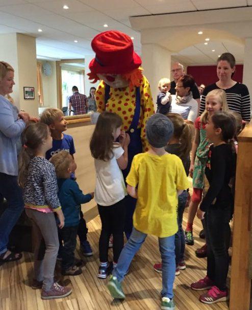 Der Clown Happy besucht die Kinder morgens beim Frühstück