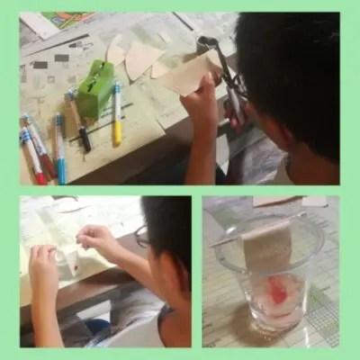 インクの色を溶かす実験風景