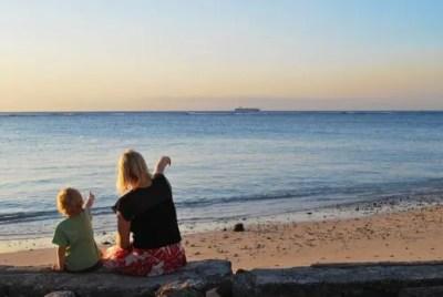 海辺で並ぶ親子