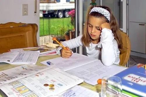 宿題をしている子供