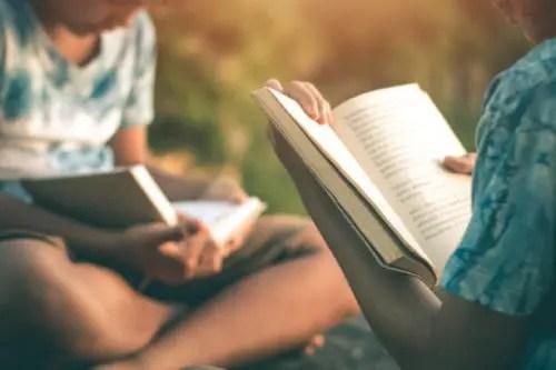 本を読む二人の子ども
