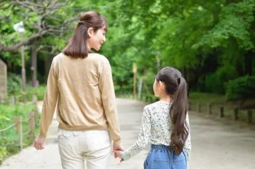 手を繋いで歩く母と娘