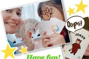 カードを持って笑う親子2