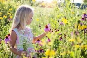 大好きな花畑の中でハッピーな少女