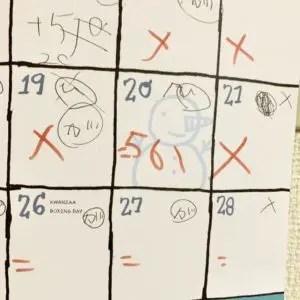カレンダーに累計額が書き込まれている