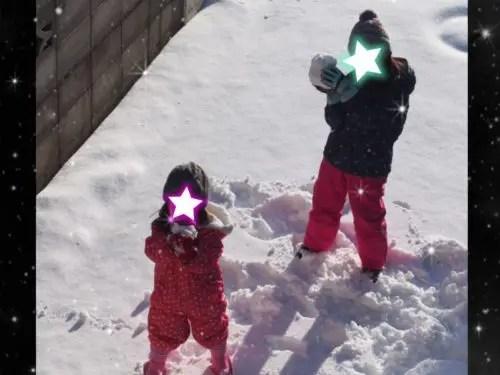 雪で遊ぶ娘の写真