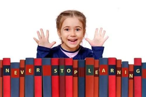 子どもが笑顔で勉強し続ける様子
