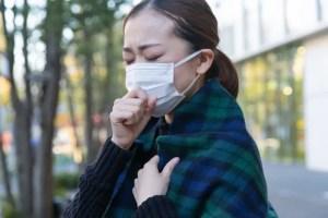 マスクをして辛そうな女性
