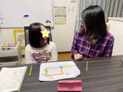 親子で一緒に勉強している様子