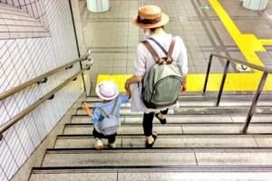幼稚園へ向かう親子