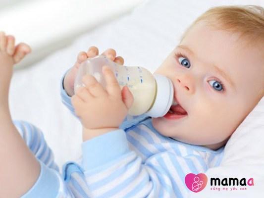 Trẻ uống sữa non dạng gói