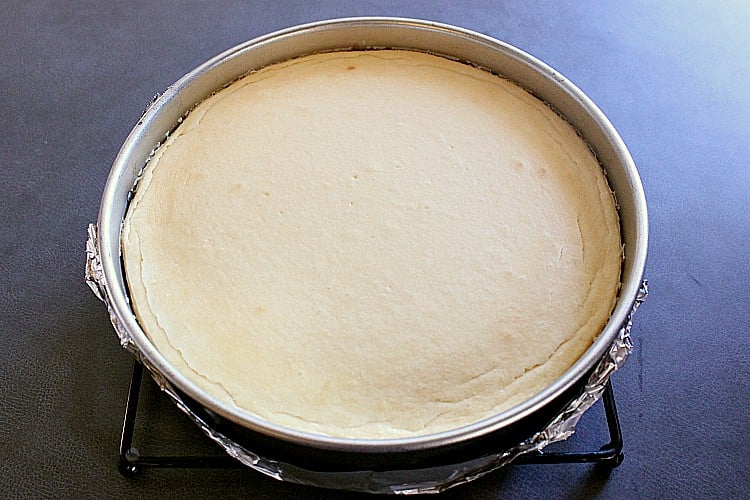 Cooling gingerbread crust cheesecake.