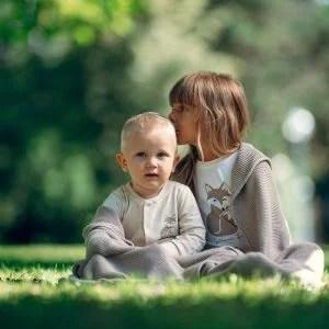 Mädchen mit Babybox in der Hand