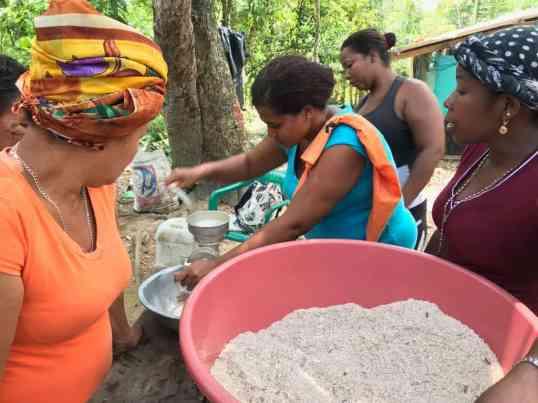Karen moliendo la harina de coco en las primeras pruebas que realizamos