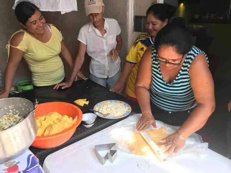 Realización de las empanadas de pescado con forma de pez