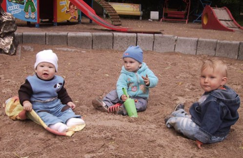 малыши в песочнице